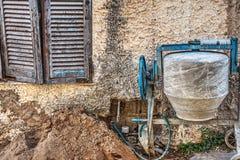 由土气墙壁的水泥搅拌车在撒丁岛 免版税库存图片