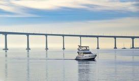 由圣地亚哥海湾桥梁的小船 库存照片