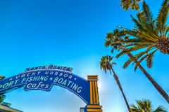 由圣塔蒙尼卡欢迎曲拱的棕榈树 免版税库存照片