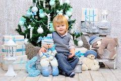 由圣诞树的愉快的孩子 免版税库存图片