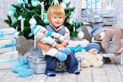 由圣诞树的愉快的孩子 免版税库存照片