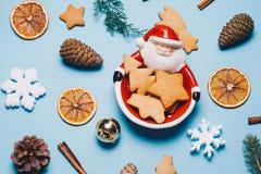由圣诞老人桔子做的圣诞节框架 桂香,糖果,各种各样的欢乐装饰 复制空间 关闭 免版税库存图片
