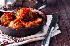 由在一个辣蕃茄的绞细牛肉做的可口丸子 免版税库存照片