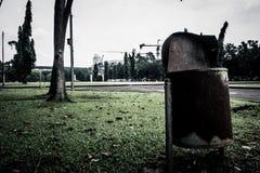 由在城市在雅加达拍的公园照片的锌做的一个生锈的垃圾桶印度尼西亚 免版税库存图片