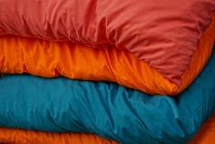 由在堆的枕头做的织品色的纹理 免版税库存照片