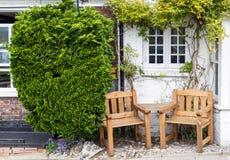 由在拉伊看见的路的边的两个位子,肯特,英国 库存照片