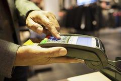 由在服装店的信用卡供以人员薪水 库存图片