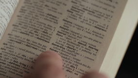由在英语说明字典的手指供以人员寻找词 影视素材