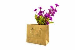 由在购物袋的布料做的人为五颜六色花 免版税库存照片