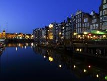 由在Damrak的黄昏,阿姆斯特丹,荷兰 免版税库存图片