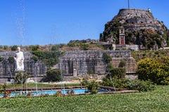 由城堡或老堡垒从事园艺在科孚岛希腊海岛上的科孚岛镇  免版税库存照片