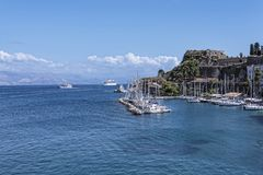 由城堡或老堡垒的小游艇船坞在科孚岛希腊海岛上的科孚岛镇  图库摄影