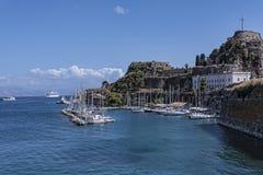 由城堡或老堡垒的小游艇船坞在科孚岛希腊海岛上的科孚岛镇  免版税库存照片