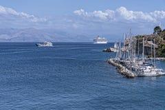 由城堡或老堡垒的小游艇船坞在科孚岛希腊海岛上的科孚岛镇  免版税库存图片