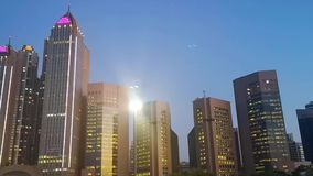 由城市塔和摩天大楼在晚上-阿布扎比市corniche路的驱动 股票录像