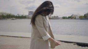 由城市江边的女孩 股票录像