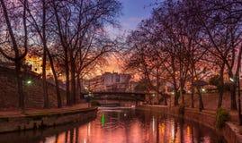 由城市河的日落 免版税库存图片