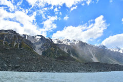 由塔斯曼冰川的积雪覆盖的山脉 库存图片