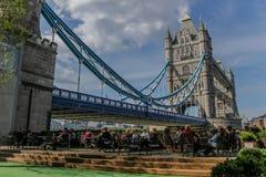 由塔桥梁的室外咖啡馆 免版税库存图片