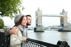 由塔桥梁,泰晤士河,伦敦的愉快的夫妇 库存照片