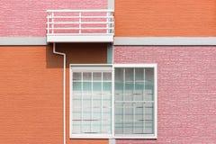 由墙壁和窗口的外部家庭设计 免版税库存图片