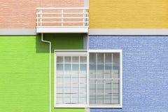 由墙壁和窗口的外部家庭设计 库存照片