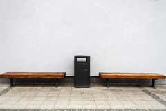 由墙壁的两条长凳 免版税库存图片