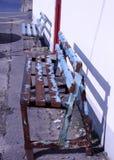 由墙壁的生锈的长凳 库存照片