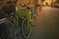 由墙壁的老绿色bicykle 免版税库存图片