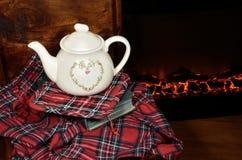 由壁炉的一个茶壶 免版税图库摄影