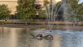 `由大卫希克曼的游泳者`有`的在背景,霍尔公园, Frisco,得克萨斯中跳舞与钢`由杰瑞丹尼尔 免版税库存图片