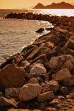 由大岩石做的防堤结构在博德鲁姆,土耳其 库存图片