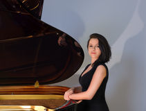 由大平台钢琴的钢琴演奏家 免版税库存照片