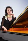 由大平台钢琴的钢琴演奏家 图库摄影