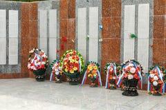 由大理石墙壁的花有800名工作者,工程师, BMZ的雇员的名字的,从战争没有返回 Beloretsk 免版税库存照片