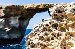由天蓝色的窗口晃动侵蚀在戈佐岛,马耳他 免版税库存图片
