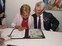 由夫妇签署结婚证书 免版税图库摄影