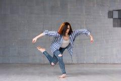 由女孩的现代舞表现 免版税库存图片