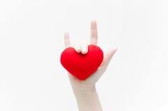 由妇女手爱标志和在白色背景特写镜头的红色心脏形状 库存图片