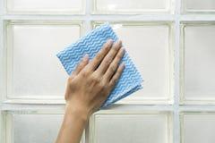 由妇女手的清洗的大块玻璃 免版税库存图片