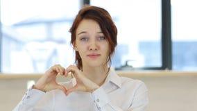 由妇女的心脏标志爱的 股票视频