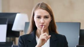 由妇女的沈默在办公室,在嘴唇的手指 股票录像