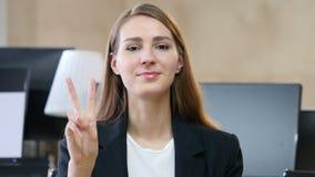 由妇女的胜利标志在办公室 股票视频