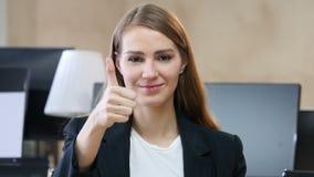 由妇女的赞许在办公室 股票录像