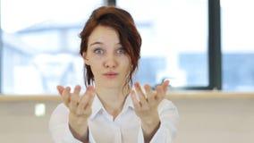 由妇女的邀请的姿态在办公室 影视素材