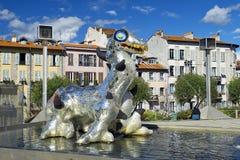 由妮基・桑法勒,法国雕刻家雕刻尼斯湖妖怪 免版税库存照片