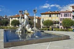 由妮基・桑法勒,法国雕刻家雕刻尼斯湖妖怪 图库摄影