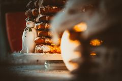 由姜饼风车的雪人 库存照片