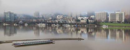 由威拉米特河全景的小游艇船坞 库存图片