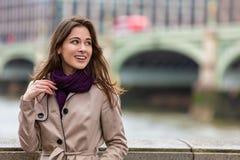 由威斯敏斯特桥梁,伦敦,英国的妇女 免版税库存图片